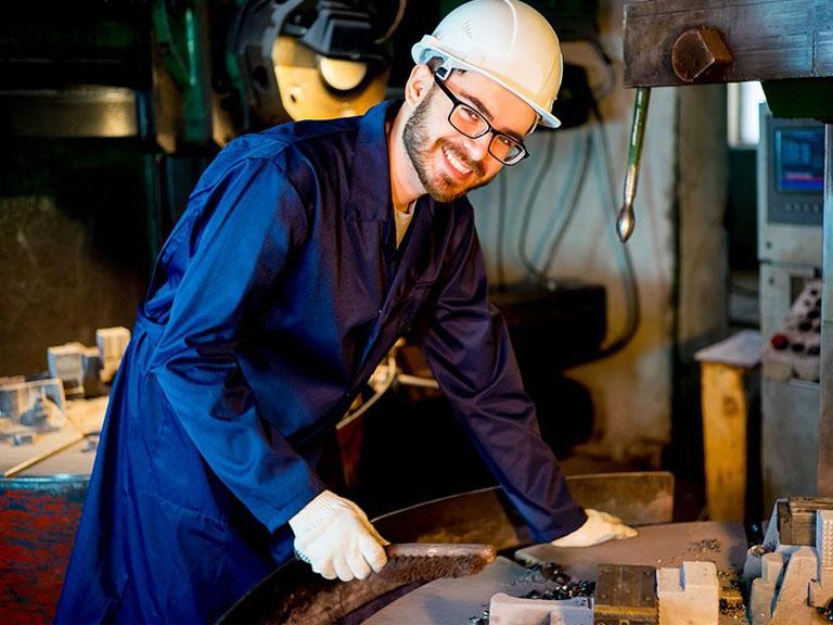 pracownik obrabiający metal